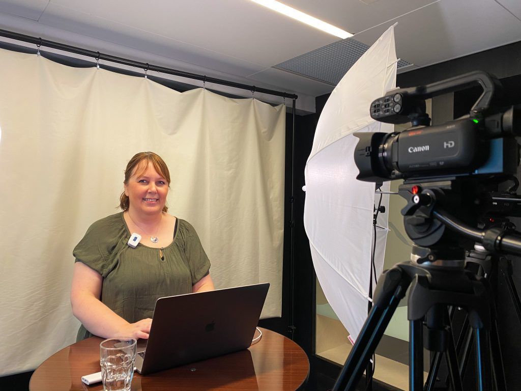 Lena holder webinar om designsystemer.